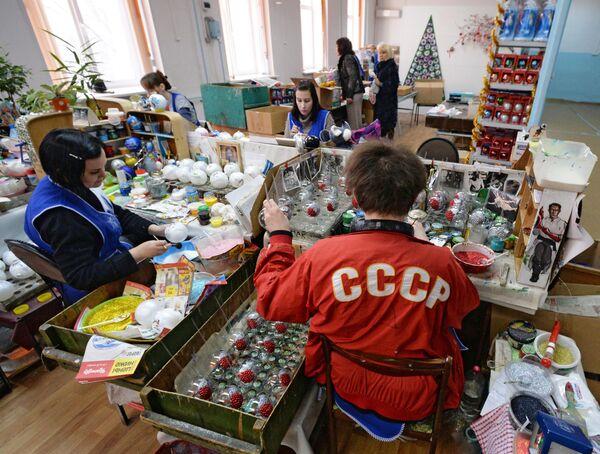 Производство стеклянных новогодних игрушек по классическим технологиям на фабрике игрушек Бирюсинка в Красноярске