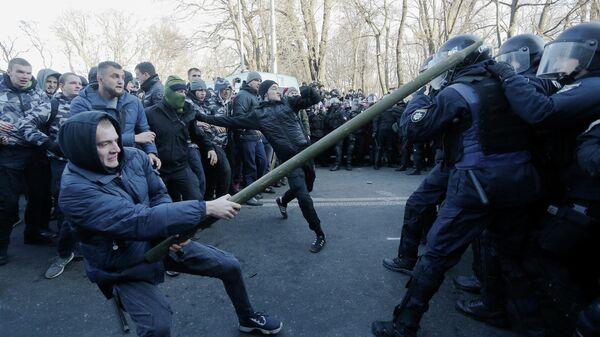 Столкновения протестующих с полицией у здания Верховной рады Украины в Киеве