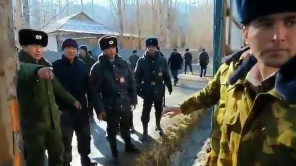 Стоп-кадр видео конфликта в селе в районе киргизско-таджикской границы