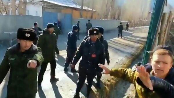 Стоп-кадр видео конфликта в селе в районе кыргызско-таджикской границы