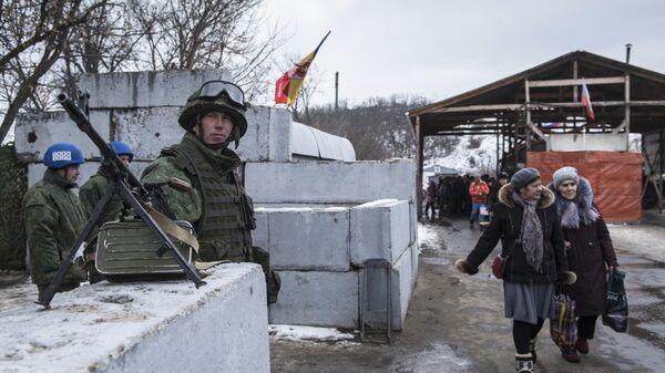 Военнослужащий ЛНР и наблюдатели ОБСЕ на КПП