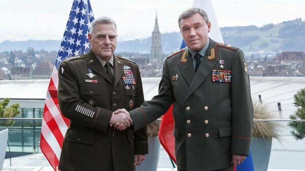 Глава комитета начальников штабов Вооружённых сил США Марк Милли и замминистр обороны РФ Валерий Герасимов