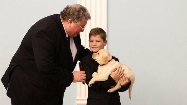 Глава Мордовии Владимир Волков подарил щенка лабрадора мальчику, спасшему сестру из горящего дома