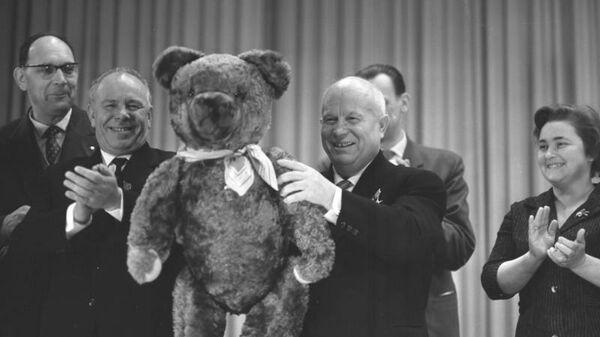 Никита Сергеевич Хрущев с плюшевым медведем, подарком от работников телевизорного завода в ГДР