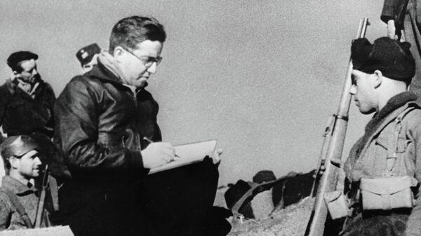 Поэт Михаил Кольцов в окопах испанских республиканцев