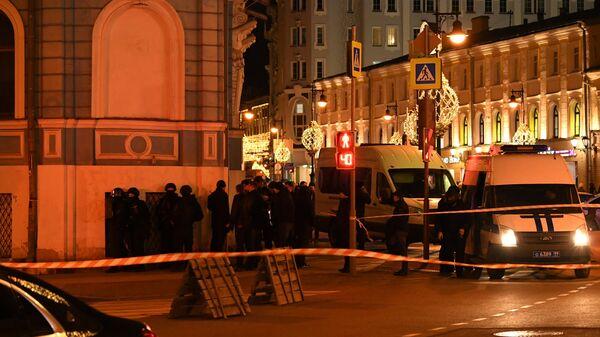 Сотрудники силовых структур недалеко от здания ФСБ на Лубянской площади в Москве, где произошла стрельба