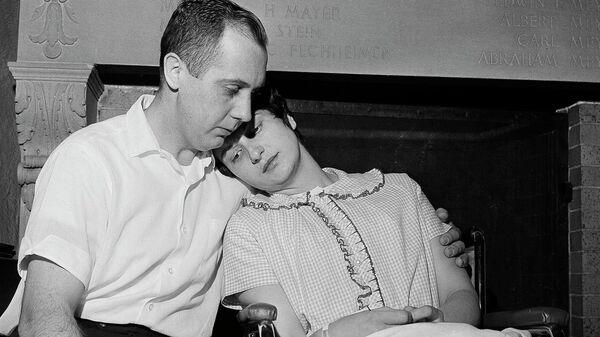 Честер и Дора Фрончак  в больнице Майкла Риза в Чикаго, через несколько дней после похищения сына