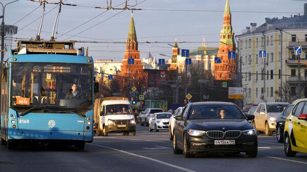 Автомобильное движение на одной из улиц в центре Москвы