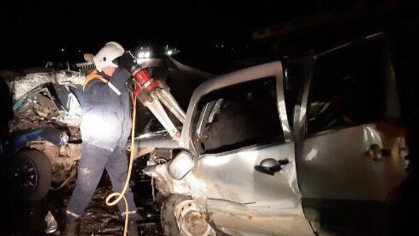 Сотрудники МЧС во время ликвидации последствий ДТП на участке автодороги Ковров – Шуя