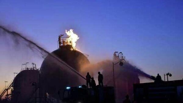 Пожарные во время ликвидации последствий теракта на одном из объектов нефтегазового комплекса в центральной части Сирии