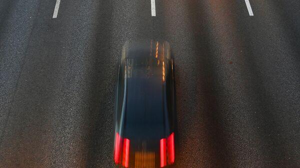 Автомобиль едет по участку Третьего транспортного кольца в Москве