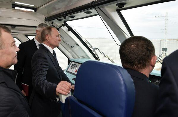 Президент РФ Владимир Путин  во время поездки на рельсовом автобусе, который отправился по железной дороге Крымского моста