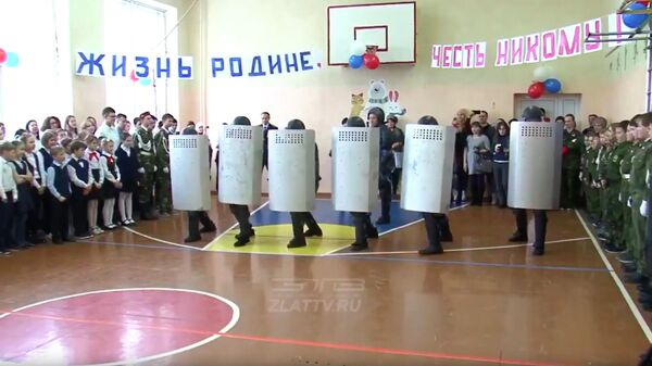 Спецназ ФСИН во время церемония посвящения школьников в ряды кадетского движения. Стоп-кадр видео