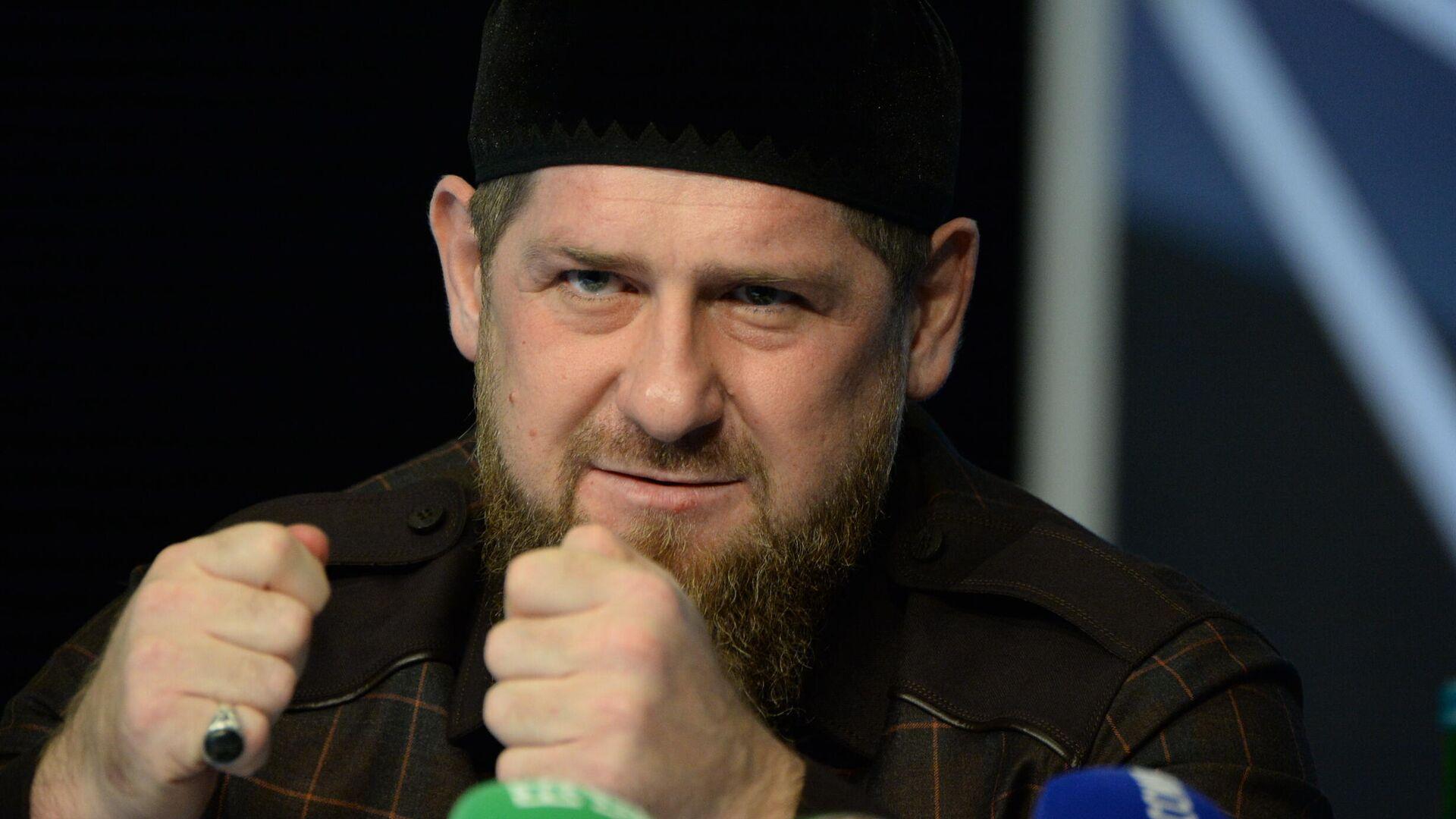Глава Чеченской Республики Рамзан Кадыров на пресс-конференции в студии телеканала Грозный - РИА Новости, 1920, 17.05.2021