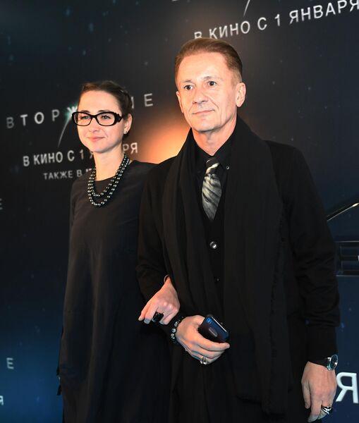 Актер Олег Меньшиков с супругой, актрисой Анастасией Черновой на премьере фильма Вторжение