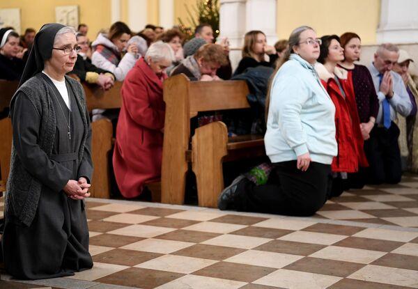 Верующие во время Рождественской мессы в римско-католическом кафедральном соборе Непорочного Зачатия Пресвятой Девы Марии в Москве