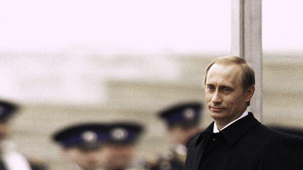 Президент РФ Владимир Путин и первый Президент РФ Борис Ельцин стоят на Красном крыльце в день инаугурации В. Путина. 7 мая 2000