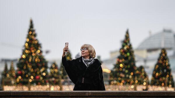 Женщина на Манежной площади в Москве