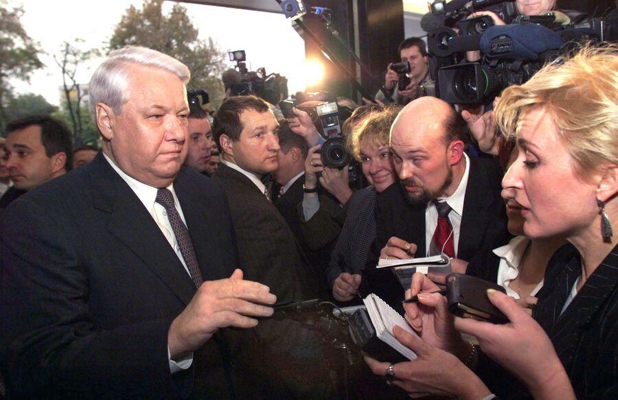 Президент России Борис Ельцин во время общения со СМИ в Стамбуле. 17 ноября 1999 года
