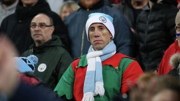 Болельщик Манчестер Сити в рождественском наряде на матче с Лестер Сити