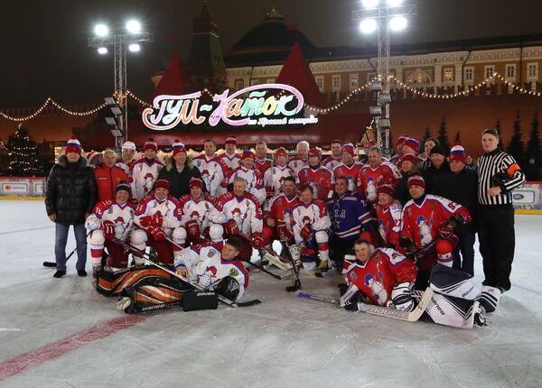 Президент РФ Владимир Путин фотографируется с участниками предновогоднего товарищеского матча Ночной хоккейной лиги на катке на Красной площади