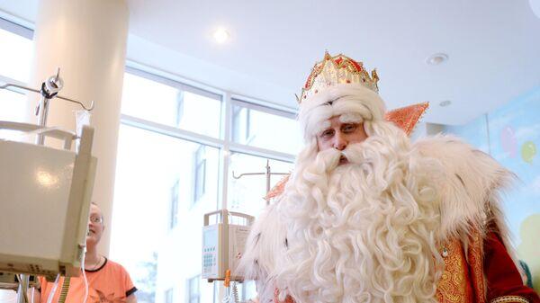 Дед Мороз во время посещения больницы