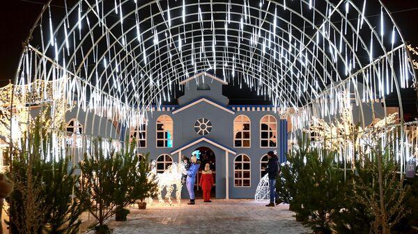 Новогодняя иллюминация в Сказочном городке на Кремлевской набережной в Казани
