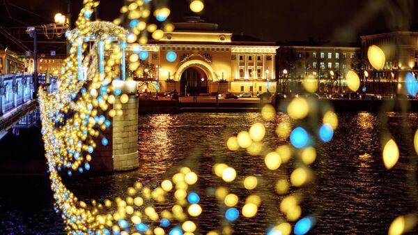 Вид на здание главного Адмиралтейства с Дворцового моста в Санкт-Петербурге