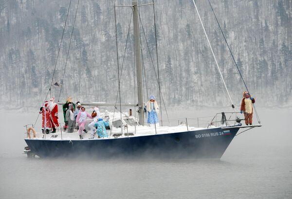 Члены яхт-клуба Шкипер и их гости в карнавальных костюмах отмечают завершение яхтенного сезона-2019 и наступающий Новый год последним выходом на яхте на реке Енисей