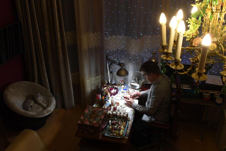 Спальня в квартире Прибытковых превращена в реставрационную мастерскую