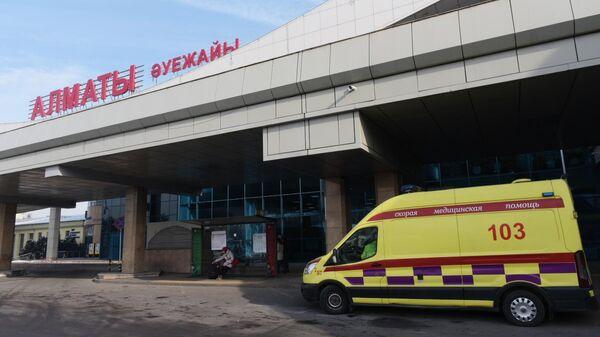 Автомобиль скорой помощи у здания аэропорта Алматы