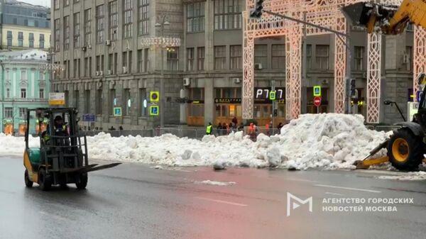 Завезенный для проведения новогодних мероприятий снег на улице Тверская в Москве. 28 декабря 2019