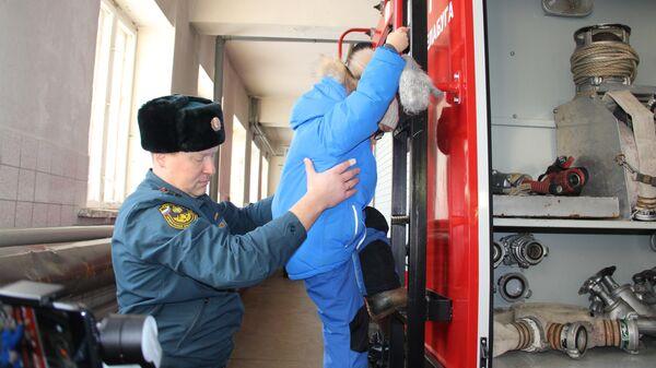Данис во время посещения пожарной части в Елабуге