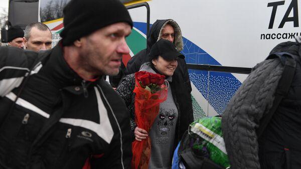 Пленные, возвращенные украинской стороной на КПП на окраине города Горловка в Донецкой области