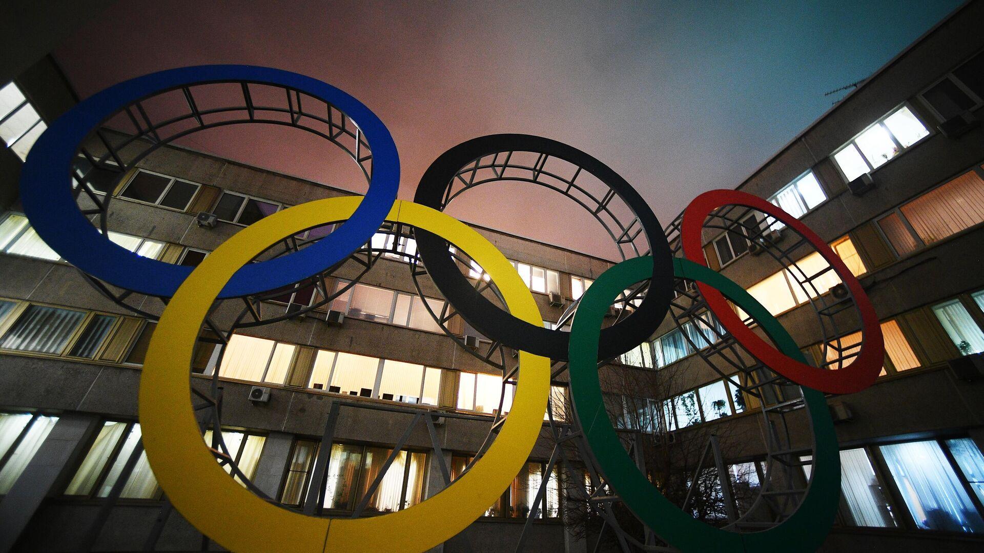 Олимпийские кольца во дворе здания Олимпийского комитета России - РИА Новости, 1920, 04.09.2020