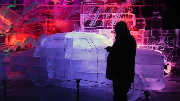 Посетители в павильоне Наука на V Новогоднем фестивале Ледовая Москва. В кругу семьи в Парке Победы на Поклонной горе