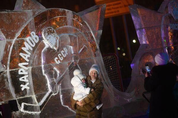 Посетители на V Новогоднем фестивале Ледовая Москва. В кругу семьи в Парке Победы на Поклонной горе