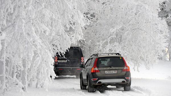 Машины на зимней дороге