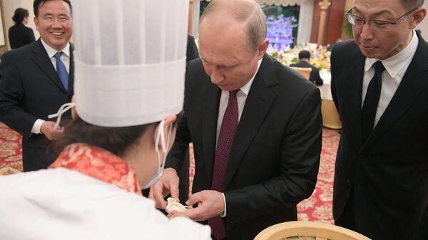 8 июня 2018. Президент РФ Владимир Путин на торжественном приеме от имени председателя КНР Си Цзиньпиня в Тяньцзине.