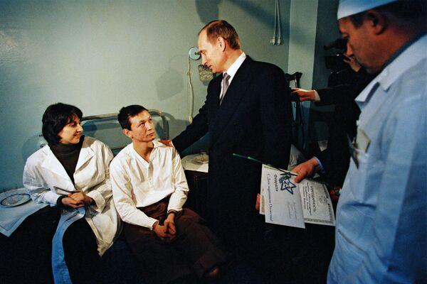 Фотография Владимира Путина в Волгоградском военном гарнизонном госпитале, опубликованная на сайте 20.kremlin.ru. 22 февраля 2000 год