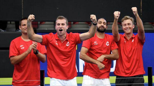 Теннисисты сборной Канады празднуют победу над Грецией на матче Кубка ATP в Австралии
