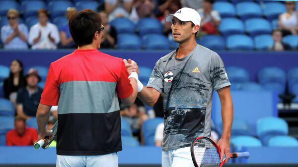 Японские теннисисты Тошихиде Мацуи и Бен Маклахен отмечают победу в матче над Уругваем на Кубке ATP