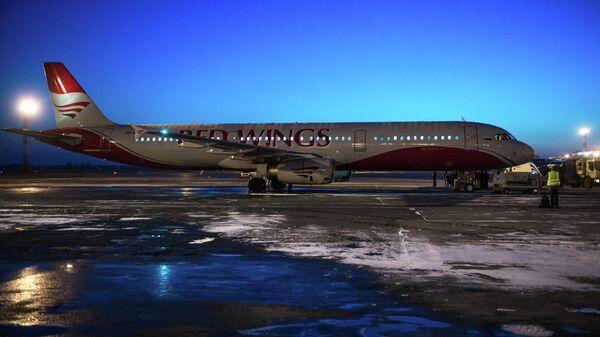 Самолет Airbus A-321 авиакомпании Red Wings в аэропорту Толмачево в Новосибирске