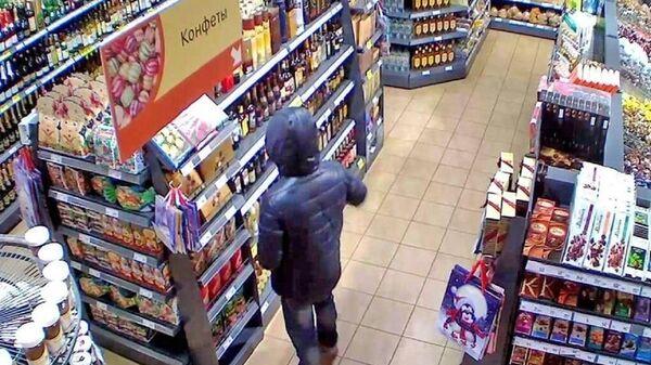 Житель Тольятти, подозреваемый в краже 50 плиток шоколада из продуктового магазина
