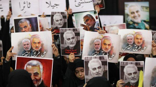 Сторонники  Хизболлы держат плакаты с портретом убитых  Касема Сулеймани  и  Абу Махди аль-Мухандиса