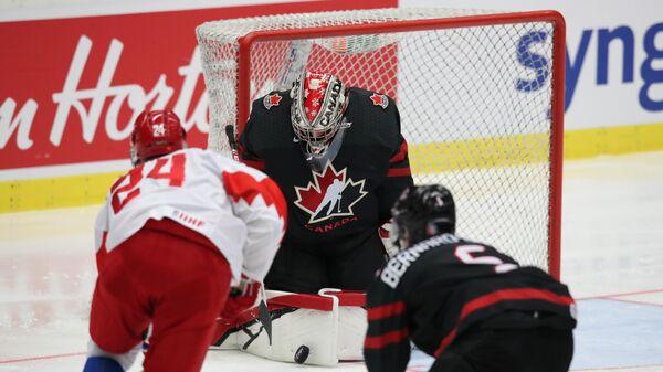 Никита Александров (слева) в матче МЧМ-2020 Канада — Россия