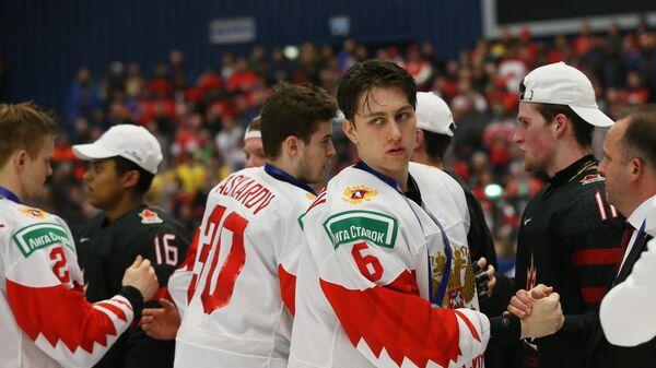 Игроки сборной России и Канады на церемонии награждения после финального матча молодежного чемпионата мира по хоккею между сборными командами Канады и России.