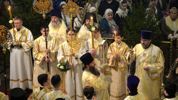 Священнослужители во время рождественского богослужения в соборе в Екатеринбурге