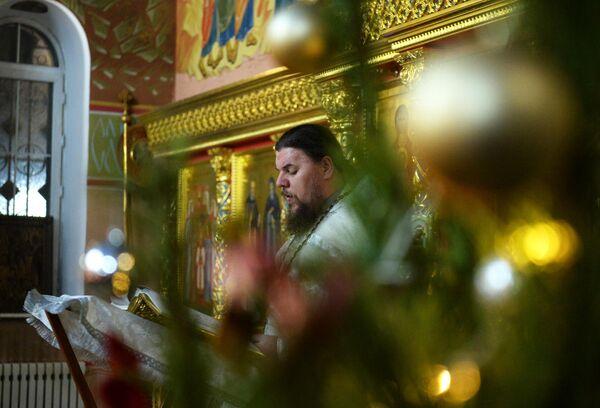 Архиепископ Махачкалинский и Грозненский Варлаам во время рождественского богослужения в храме Михаила Архангела в Грозном