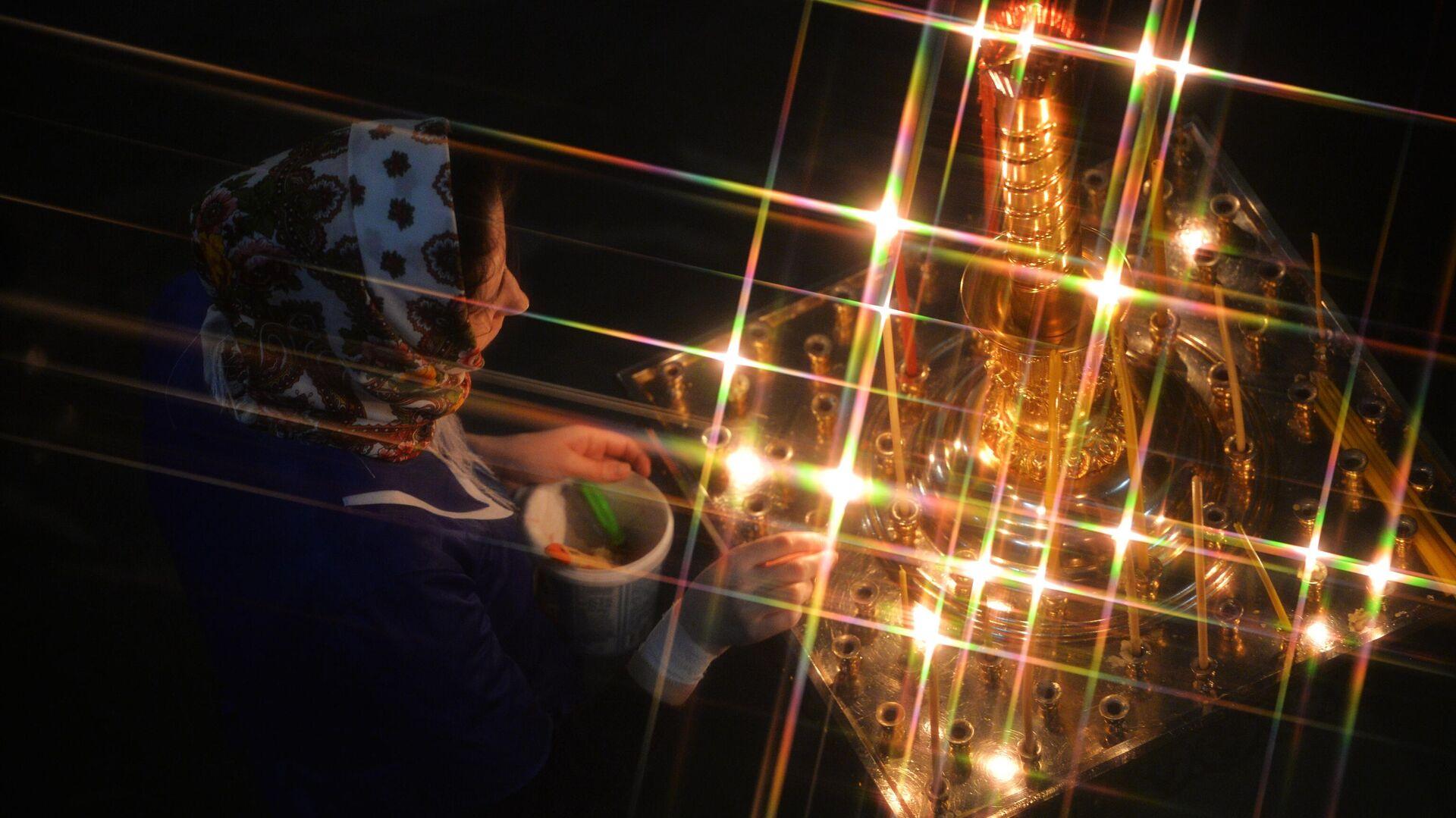 Верующая во время рождественского богослужения в соборе в Екатеринбурге - РИА Новости, 1920, 07.01.2020
